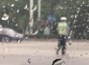 交警在雨中巍然不动指挥交通